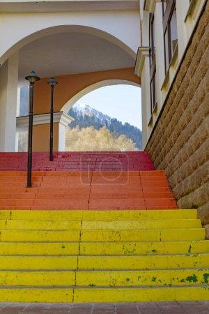 Photo pour Escaliers lumineux, vue de montagnes - image libre de droit
