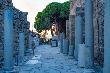 Photo pour Ruins in the center of the ancient town in Side in Turkey - image libre de droit