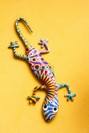 Photo pour Lézard gekko ornemental accroché au mur - image libre de droit