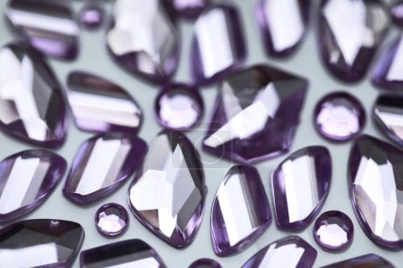Photo pour Fond cristaux violets Pierres minérales - image libre de droit