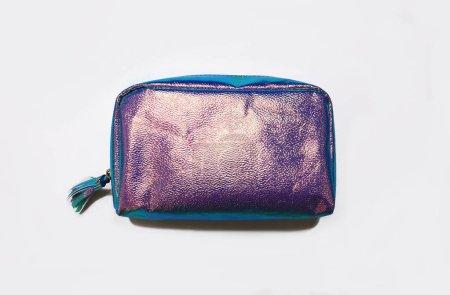 Photo pour Élégant sac holographique. Style minimal. Style jeunesse. Bright bandes à la mode couleurs . - image libre de droit