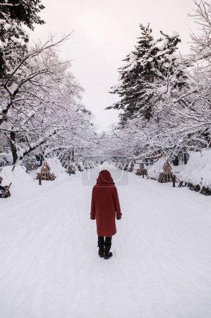 Photo pour Touriste sur la route enneigée du château d'Hirosaki en saison hivernale, Aomori, Tohoku, Japon - image libre de droit