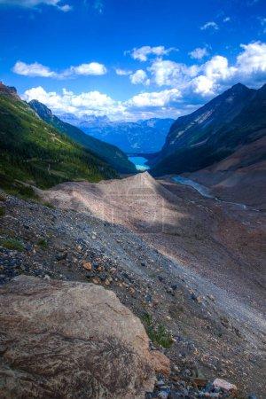 Photo pour Un sentier de randonnée près de Lake Louise dans le parc national Banff, Alberta, Canada - image libre de droit
