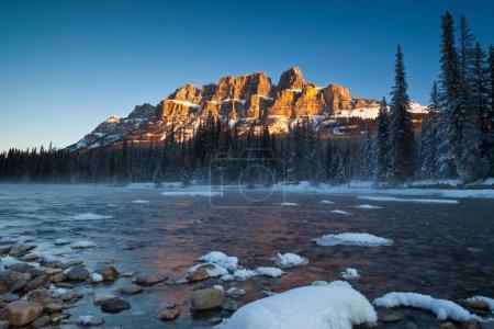 Photo pour Un matin d'hiver au château montagne dans le Parc National Banff, Alberta, Canada - image libre de droit