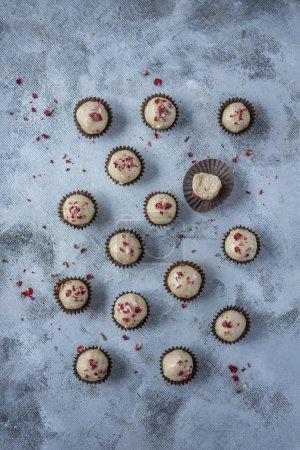 Photo pour Truffes au chocolat blancs (boulettes de Bliss sain) - image libre de droit