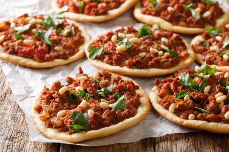 Photo pour Pizza arabe libanaise avec viande, tomates, épices et pignons de pin sur la table. horizonta - image libre de droit