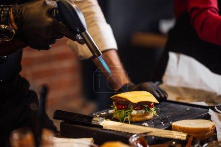 Chef de fabrication au pub de burger, les burgers de bœuf