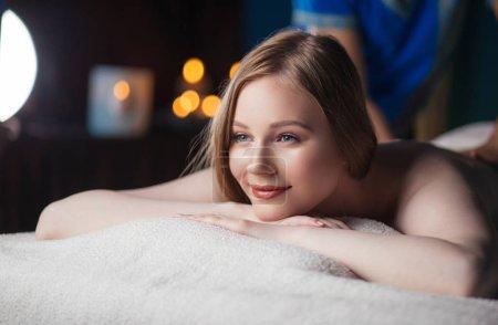 Photo pour Femme massée dans le salon de spa. Massothérapeute professionnel faisant massage sur le dos des femmes - image libre de droit