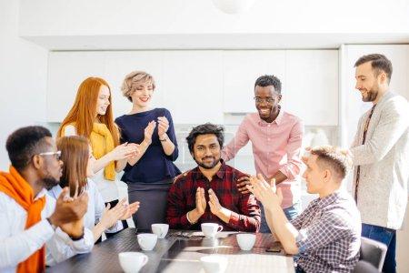 Photo pour Concepts.close image des travailleurs applaudissant la décision des dirigeants - image libre de droit