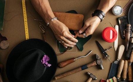 Photo pour Gros plan d'artisan qualifié en cuir création pièce pour commande individuelle. Sacs en cuir et chaussures artisanales Materiel pour l'industrie. Petite entreprise - image libre de droit