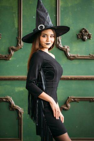 Photo pour Femme en costume de sorcière et un chapeau. Concept d'Halloween - image libre de droit