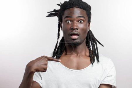Photo pour Homme de peau foncée pointant sur lui-même, qui me demande - image libre de droit