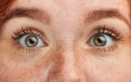 Photo pour Photo recadrée de beaux yeux féminins verts magiques. beauté, concept de personnes - image libre de droit