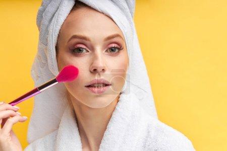 Photo pour Photo de fermeture du visage attrayant d'une femme caucasienne au moyen d'un maquillage. Regardez la caméra. - image libre de droit
