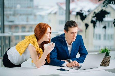 Photo pour Femme d'affaires et homme d'affaires parlant au travail dans le bureau. - image libre de droit