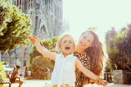 Photo pour Barcelone - 5 août 2015: heureuse jeune mère et fille non loin de La Sagrada Familia en réjouissance de Barcelone, Espagne. - image libre de droit