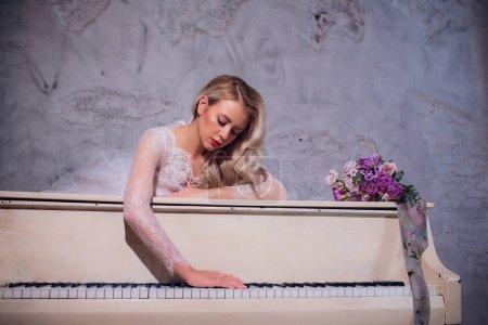 Beauty Blonde Woman Portrait. Beautiful bride with...