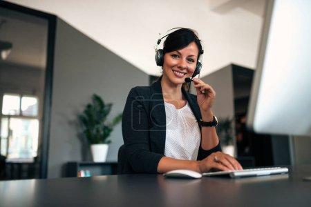 Photo pour Portrait de femme heureuse opérateur de soutien à la clientèle sur le lieu de travail . - image libre de droit