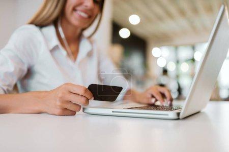 Photo pour Concept de commerce électronique. Femme faisant le paiement en ligne - image libre de droit