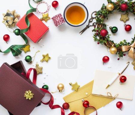 Photo pour Poser des objets plats de Noël sur le dessus de table blanc. Image de l'espace texte . - image libre de droit