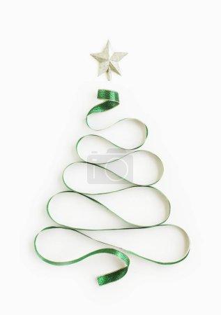Photo pour Arbre de Noël conceptuel plat en ruban . - image libre de droit