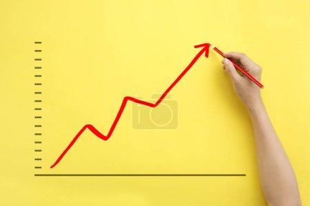 Photo pour Graphique de croissance des entreprises de dessin à la main vers le haut . - image libre de droit