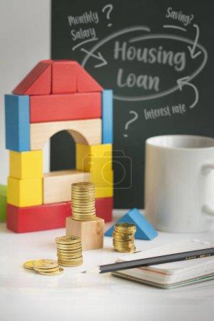 Photo pour Prêt immobilier, planification des piles de la pièce d'or sur table top nature morte financière. - image libre de droit