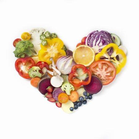 Photo pour Coeur de pile alimentaire végétalien en tranches en forme en plaque blanche. - image libre de droit