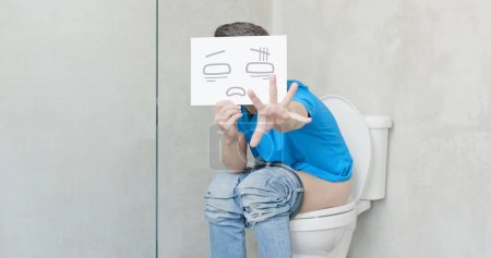 Photo pour Homme avec douleur sentiment carte souffrant de constipation dans les toilettes - image libre de droit