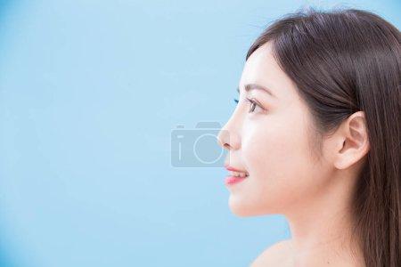 Photo pour Profil de femme de beauté sur le fond bleu - image libre de droit