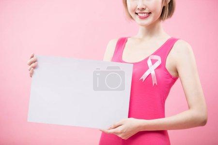 Photo pour Femme avec panneau d'affichage blanc. concept de prévention cancer du sein cancer - image libre de droit