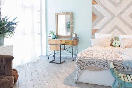 Photo pour Luxe élégant chambre design d'intérieur en doux jour lumineux avec des meubles classiques élégantes - image libre de droit