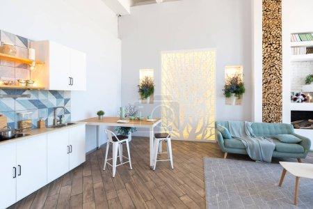 Photo pour Luxe élégant appartement design d'intérieur en doux jour lumineux avec des meubles classiques élégantes - image libre de droit