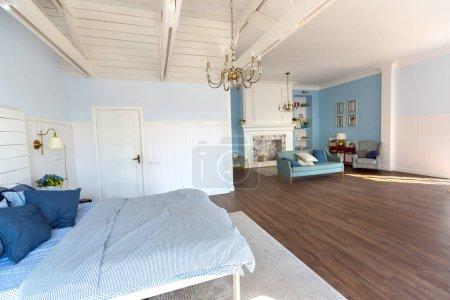 Foto de Diseño de interiores de dormitorios de lujo con elegantes muebles de - Imagen libre de derechos
