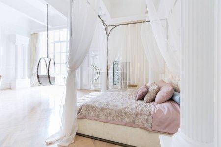 Photo pour Luxe riche chambre design intérieur avec élégant mobilier classique et balançoire en forme de cercle - image libre de droit