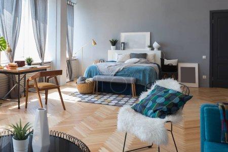 Photo pour Intérieur élégant du studio design dans le style loft - image libre de droit
