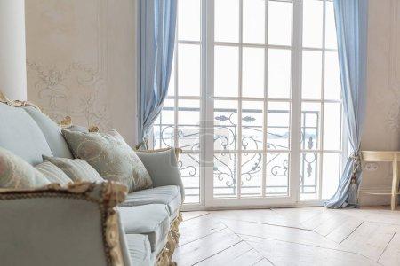 Photo pour Luxe chambre riche design intérieur avec des meubles classiques élégants - image libre de droit