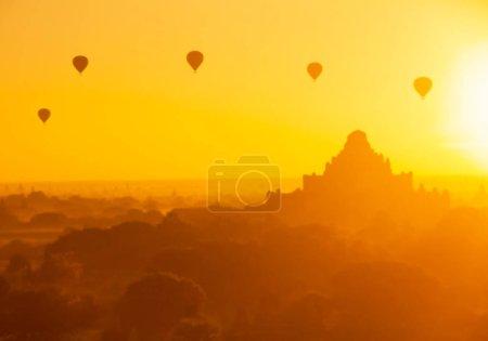 Photo pour Surface floue belle montgolfière au lever du soleil, Bagan, Birmanie - image libre de droit