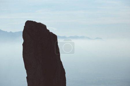Photo pour Belle vue sur montagnes sous brumisation. Silhouette de la roche au sommet de la montagne. - image libre de droit