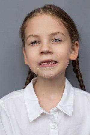 Photo pour Fille préscolaire montrant ses dents de lait manquantes - image libre de droit