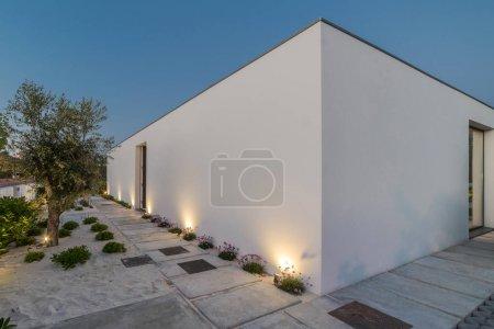 Photo pour Villa blanche moderne extérieure et intérieure avec piscine et jardin - image libre de droit