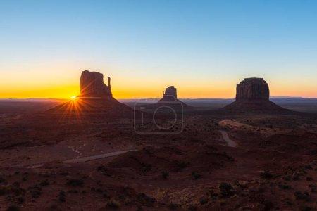 Photo pour East and West Mitten Buttes, et Merrick Butte au lever du soleil, Monument Valley Navajo Tribal Park à la frontière Arizona-Utah, États-Unis - image libre de droit