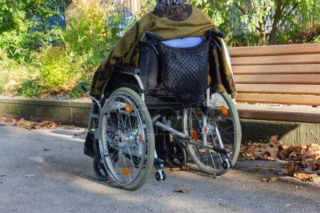 Stockphoto B221506938 - Senior Lady med en kørestol på en solrig efterår aften - B221506938