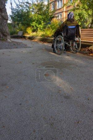 Stockphoto B221527960 - Senior Lady med en kørestol på en solrig efterår aften - B221527960