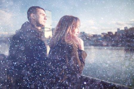 Photo pour Couple amoureux mignon marchant dans un parc de la ville en hiver - image libre de droit