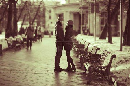 Photo pour Jeune couple amoureux dans la rue de la ville d'hiver - image libre de droit