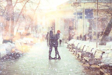 Photo pour Jeune homme et femme marchant dans la ville d'hiver, couple heureux romantique - image libre de droit