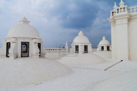Photo pour Toiture blanchie à la chaux d'une cathédrale à Léon, Nicaragua - image libre de droit