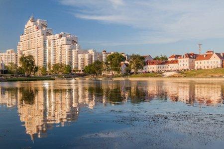 Photo pour Vue sur la rivière Svislach et la banlieue de la Trinité à Minsk, Biélorussie - image libre de droit