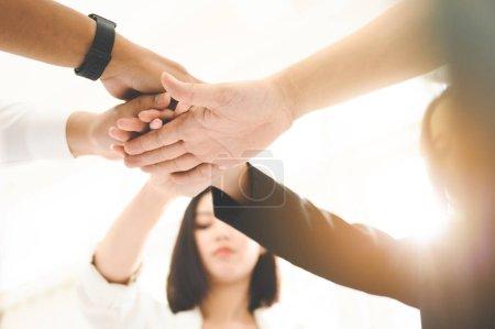 Travailler en équipe avec des gens d'affaires. Combiner puissance et encouragement